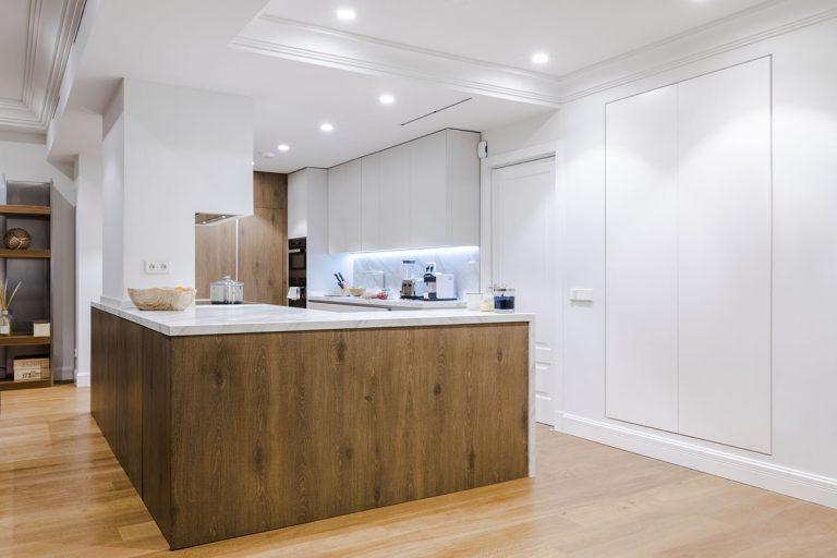 cocina clasica madera y blanco