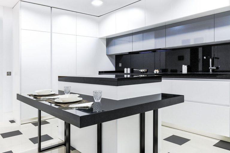 cocina de diseno con encimera negra